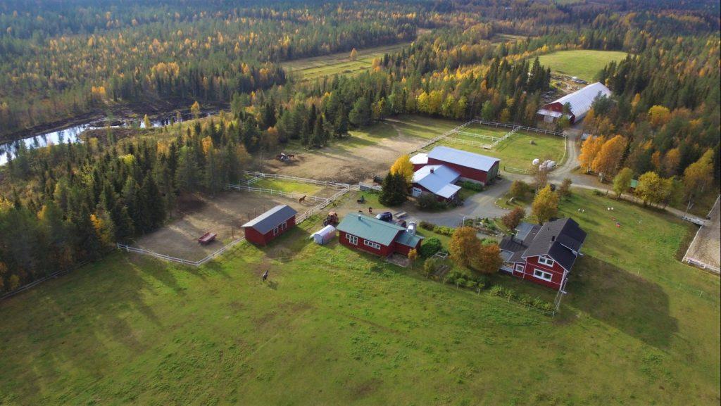 Ruska Laukka talli Ruka-Kuusamossa lintuperspektiivistä katsottuna