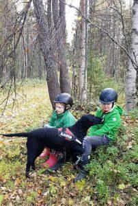 Sosiaalipedagoginen koira-avusteinen toiminta Ruska Laukan tallilla Ruka-Kuusamossa