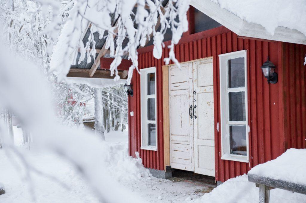 Ruska Laukka tallin pihapiirissä punainen tupa Ruka-Kuusamossa
